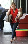 http://img238.imagevenue.com/loc92/th_947036633_Hilary_Duff_heads_to_Babies_First_Class3_122_92lo.jpg
